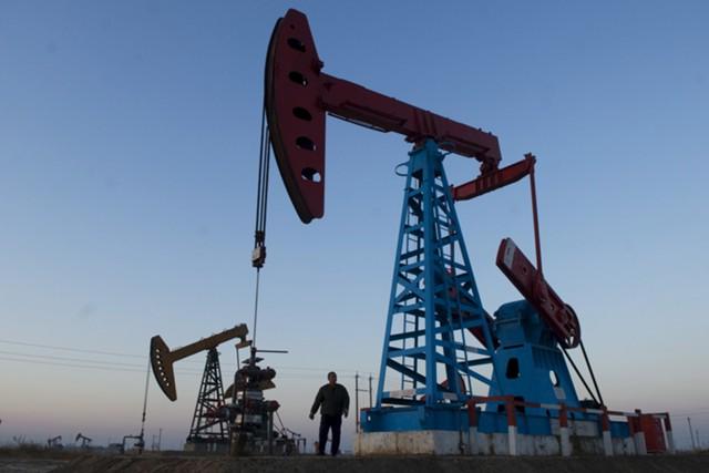 Нефть дешевеет в