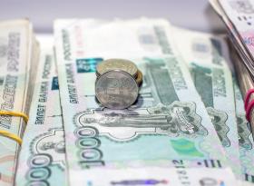 Рубль завершил торги в