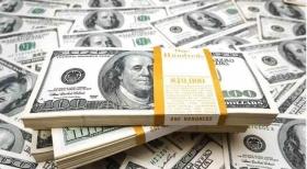 Доллар колеблется у