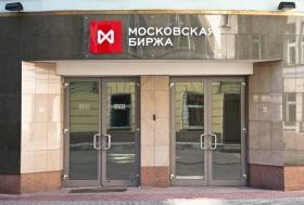 Рубль немного укрепился